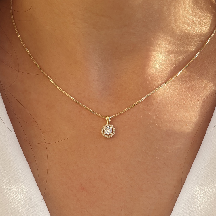 Diamond pendant with 15 diamonds around